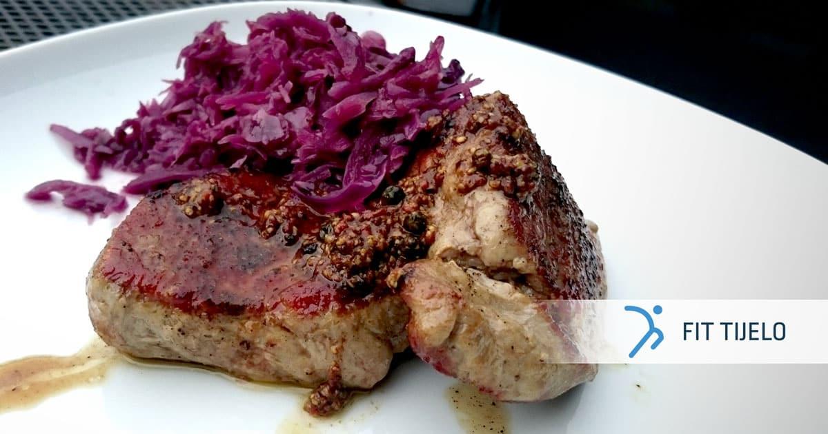 Sočni biftek u društvu crvenog zelja