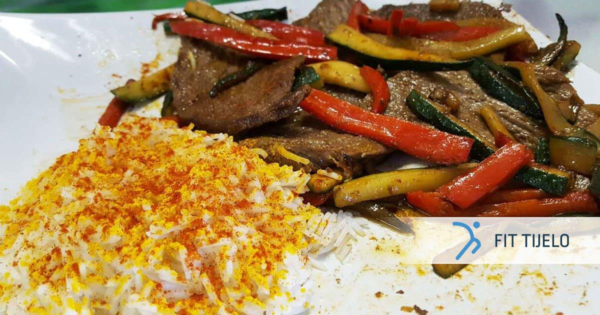 Sočna govedina s kurkuma rižom i povrćem