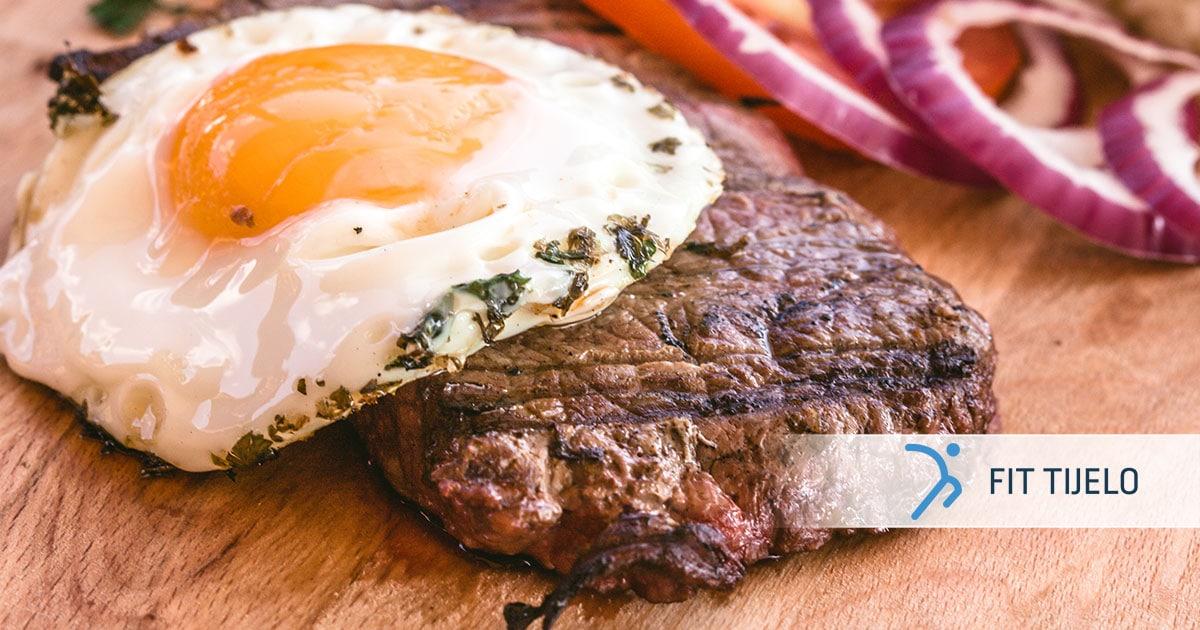 Sočni biftek s jajem u društvu zelja