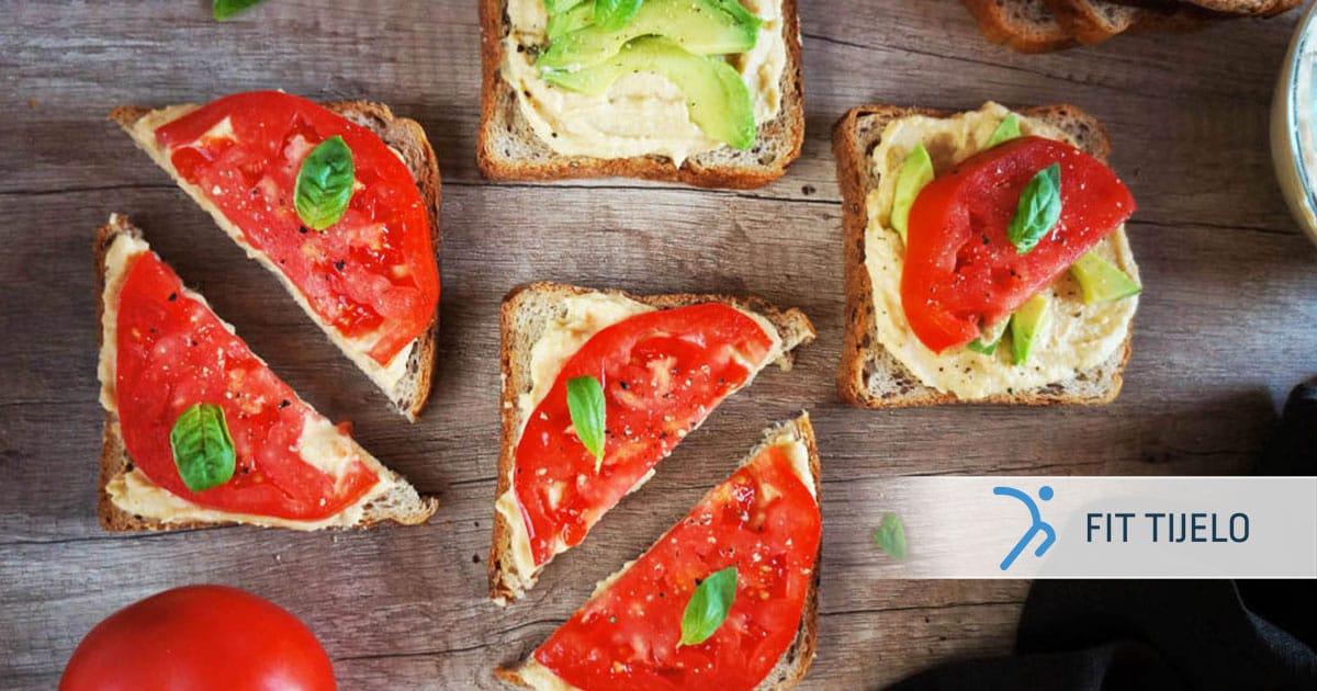Svježi sendvič s humusom