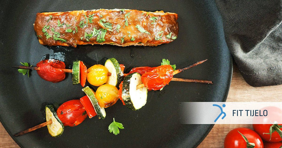 Sočni losos u društvu povrtnih ražnjića